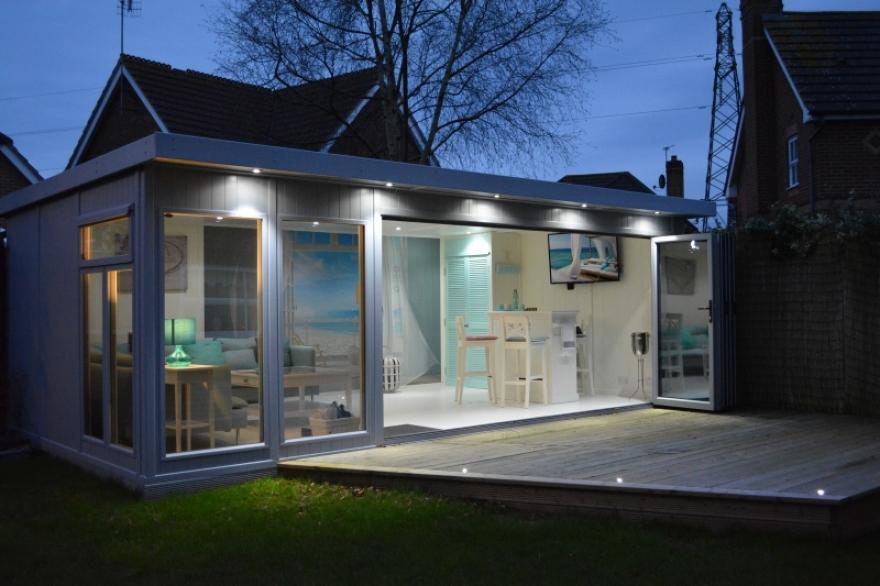 Stunning bi-fold garden lounge with Bar in Crawley west Sussex
